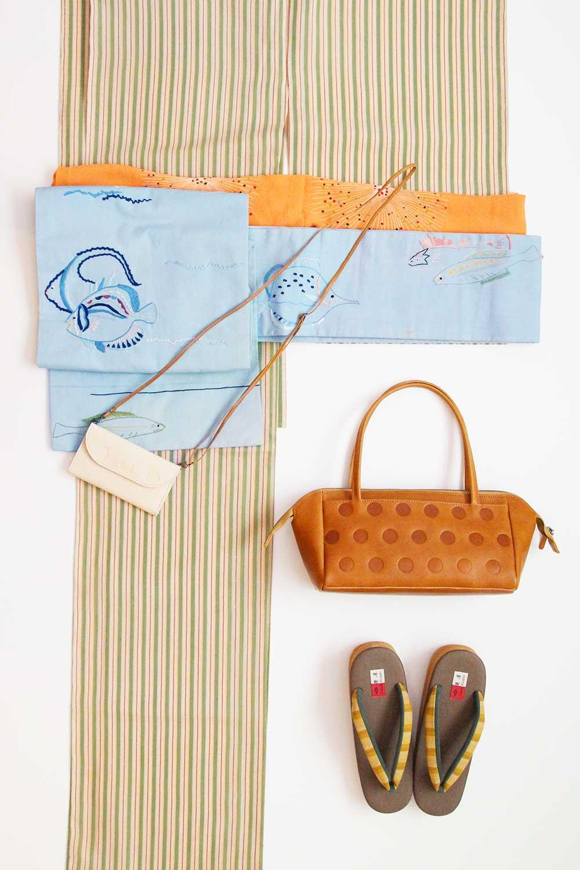 荷物が多めでもOK、ドット柄の台形バッグとスマホケース